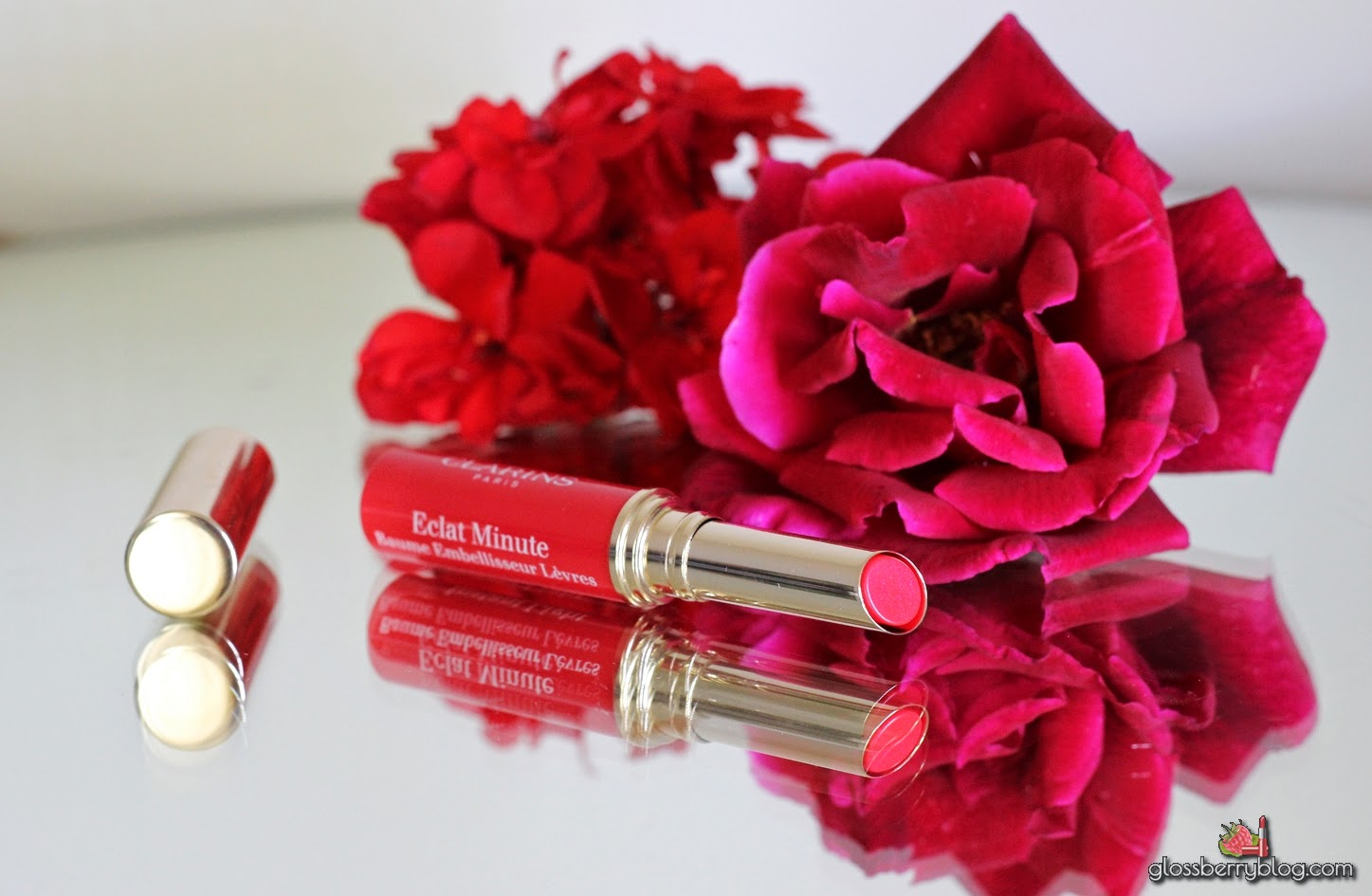 Clarins Instant Light Natural Lip Balm Perfector - 05 - Red - Review and Swatches glossberry blog eclat minute beauty blog lips lipswatches sheer colors 5 red baume on lipswatch swatches גלוסברי בלוג איפור קלרינס שפתון באלם איפור המלצה recommendations