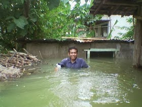 walau menjadi korban banjir namun tetap cerah ceria