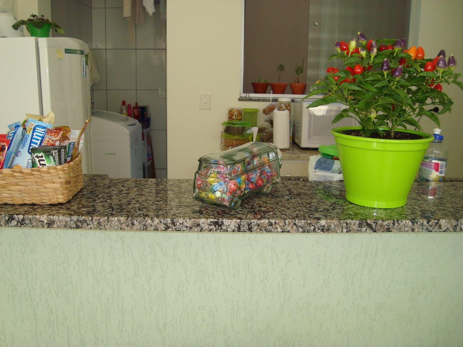 Depois: o balcao ganhou uma pimenteira um baleiro kombi (amo) e uma  #8EC10A 1600x1200 Banheiro Antigo Antes E Depois