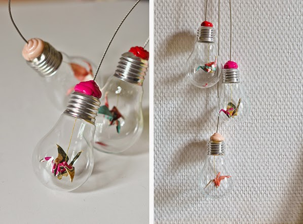 http://www.carnetsparisiens.com/2010/05/30/diy-suspension-ampoules-mobile-origami/