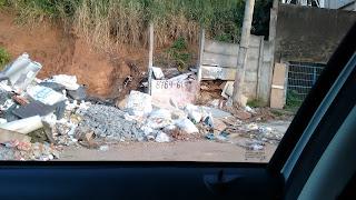 Porcalhões desafiam prefeitura e  lei municipal e seguem jogando lixo e descartando entulho na Rua Maragogipe