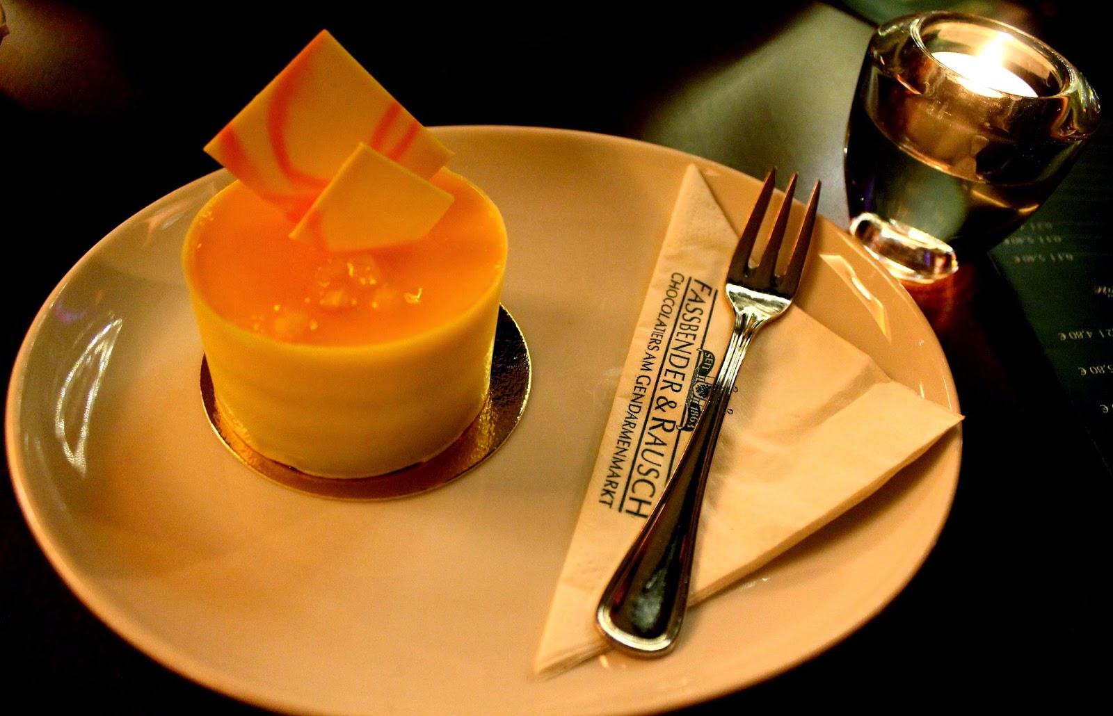 Dolce con cioccolato bianco e coulis di mango