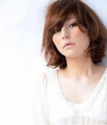 model potongan rambut bob poni menyamping wanita jepang