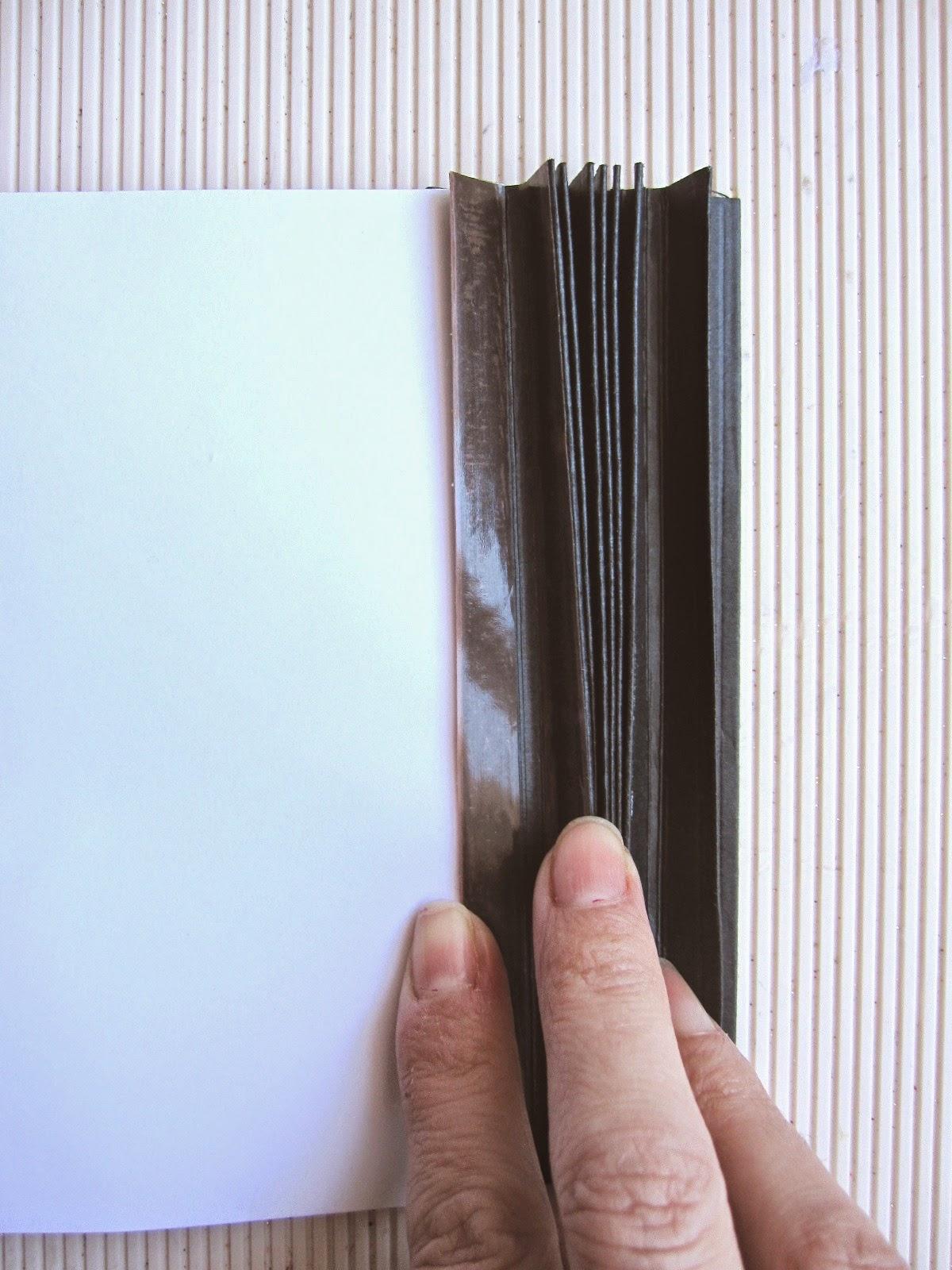 paso 9 tutorial mini-álbum scrapbook, cómo pegar cinta adhesiva de doble cara en las pestañas interiores del lomo