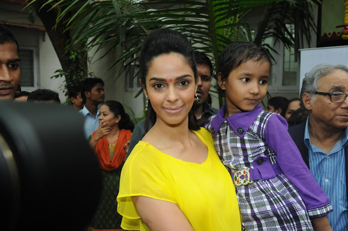 mallika sherawat visits cancer patients aid ociation.