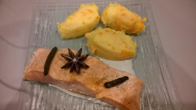 Saumon poché au lait et épices, purée de carottes