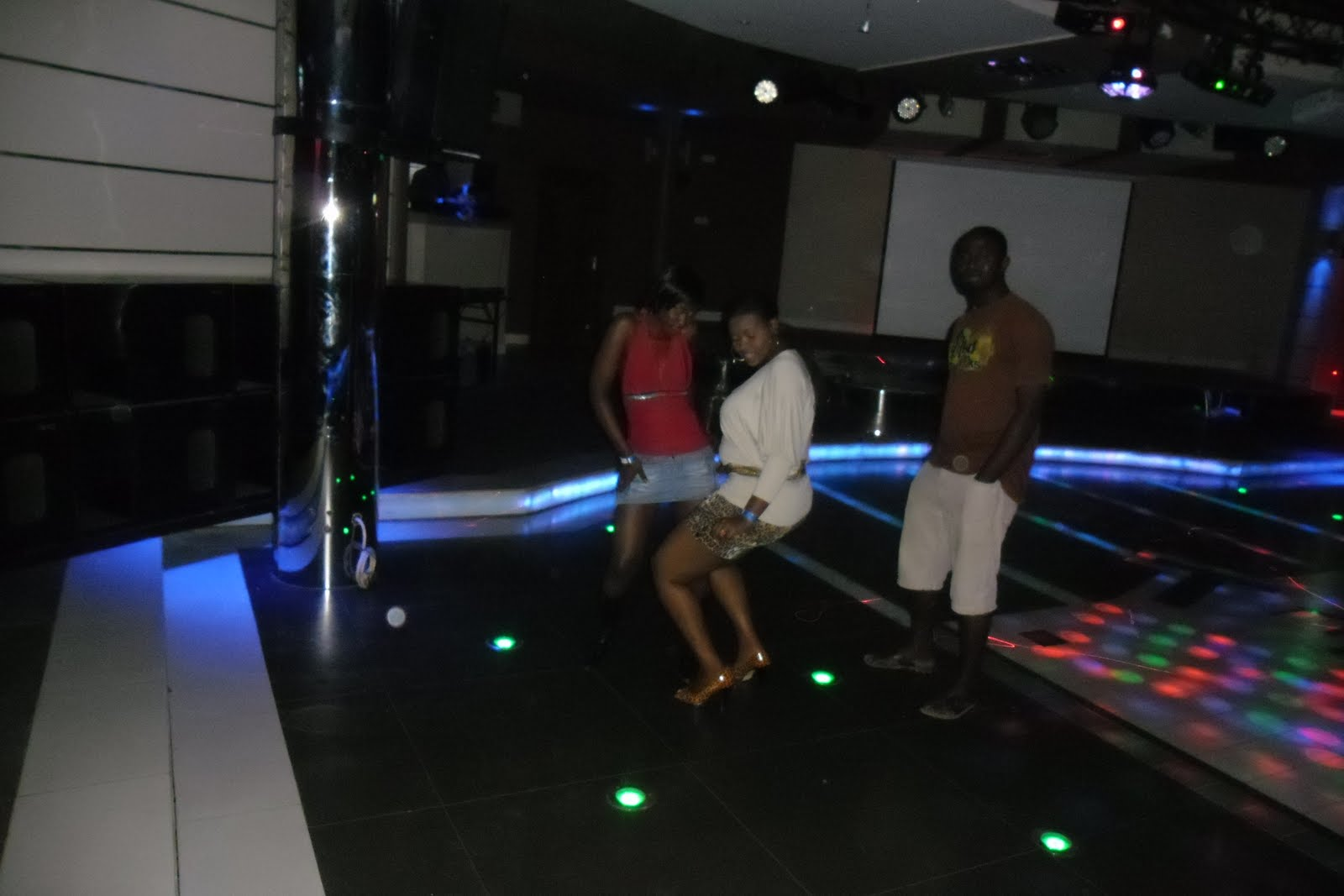 In night club staff room mobile phone gogo makes bj 5