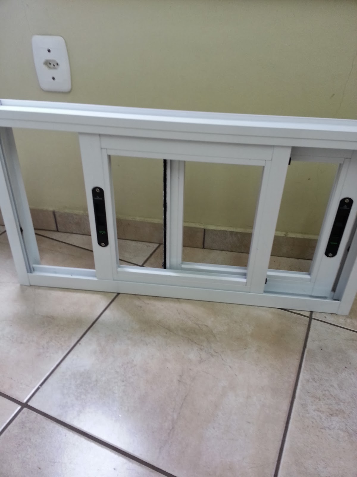 #6A654C janela de correr janela de correr com persiana vista de dentro janela  974 Porta E Janela De Aluminio Branca