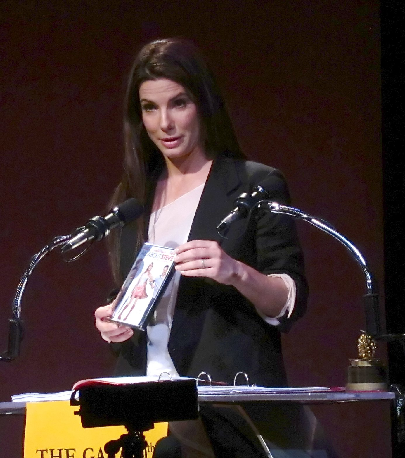 http://3.bp.blogspot.com/-4uxXq5wUuAM/ThTvWIJGiDI/AAAAAAAACUk/2Ykd4ffmC5c/s1600/Sandra_Bullock_at_2010_Razzies_adjusted.jpg
