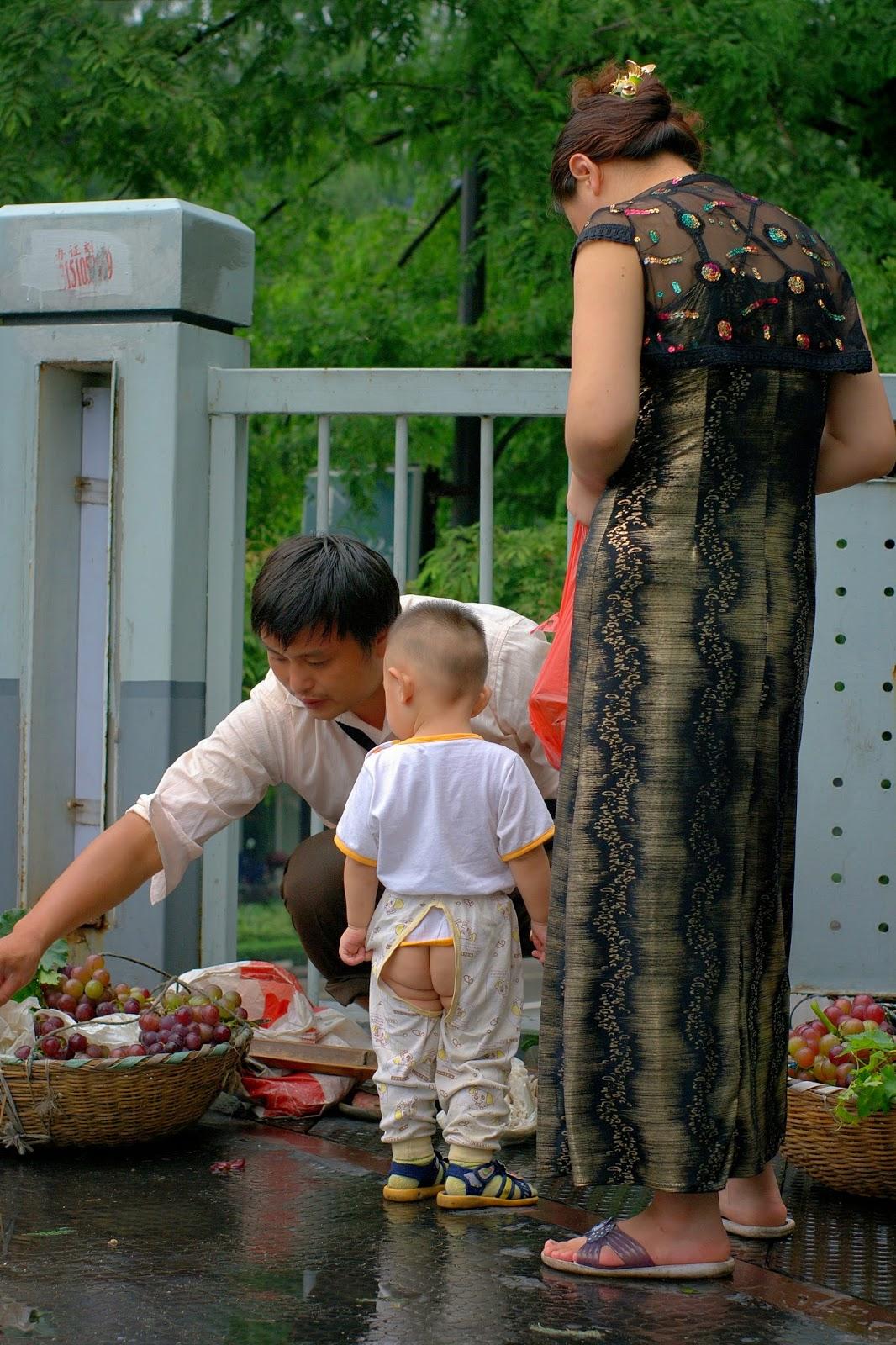Asiatisches Kind mit Schlitzhosen