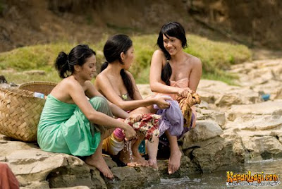 gadis desa mandi di kali