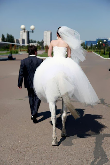la novia con piernas de caballo