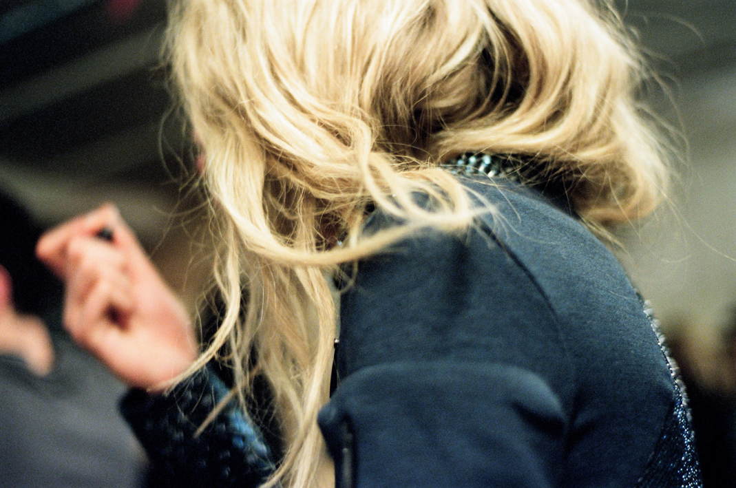 Блондинка закрывает своими руками