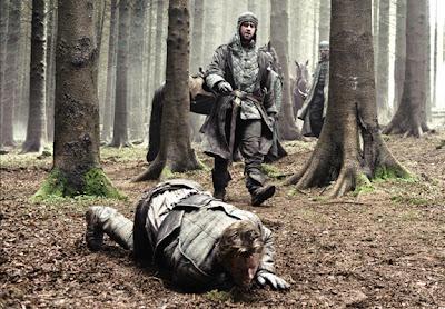 Theon intentando escapar de un desconocido - Juego de Tronos en los siete reinos
