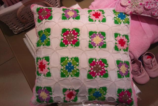 almofada de croche com flores