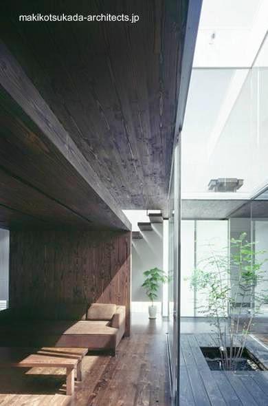 Límite de vidrio entre la sala y el patio en la planta baja de la casa