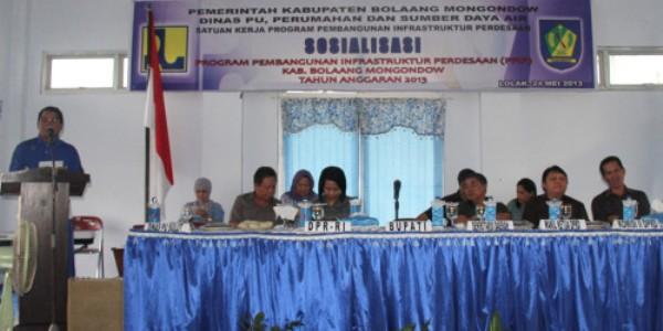 Bupati Bolmong Hi Salihi Mokodongan saat memberikan sambutan dalam sosialisasi PPIP di Aula Dinas PU perumahan dan Sumber Daya Air Bolmong, yang turut dihadiri Anggota Komisi V DPR RI, Dra Hj Yasti Suprejo Mokoagow.