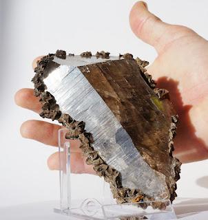 cristal posé dans la main, quartz fumé et sidérite du Mont-Blanc
