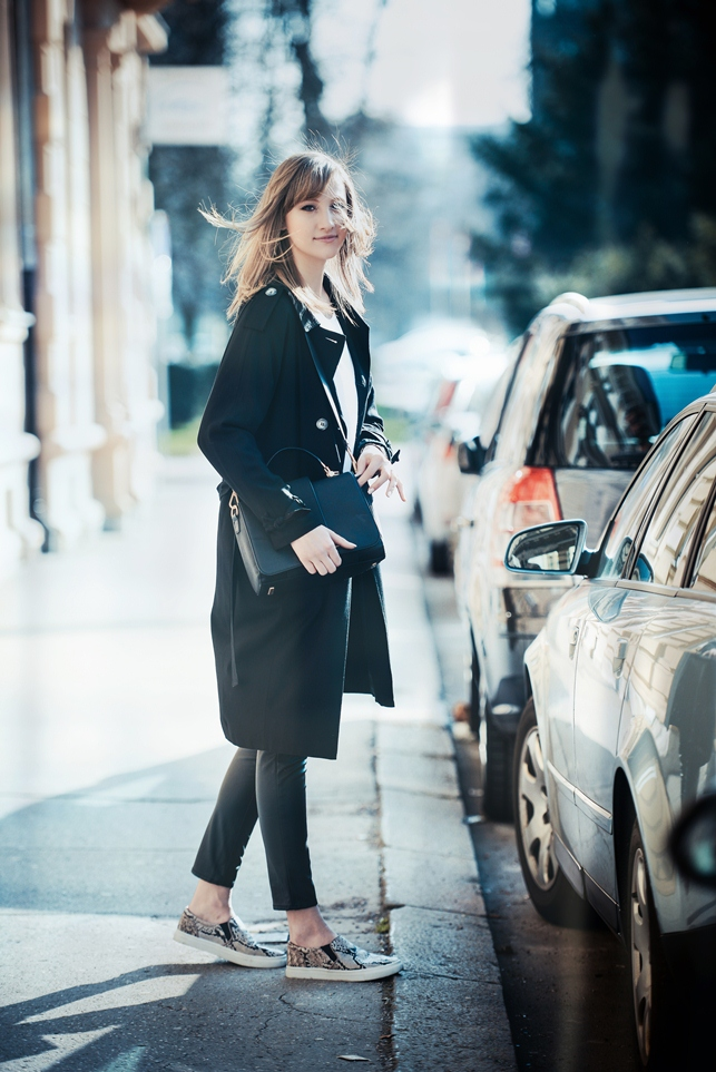 black extra long trench coat topshop, hm snake slip ons, leather pants outfit, basic white tee outfit, hm 2014 clasp bag, style blogger, fashion blog blogger