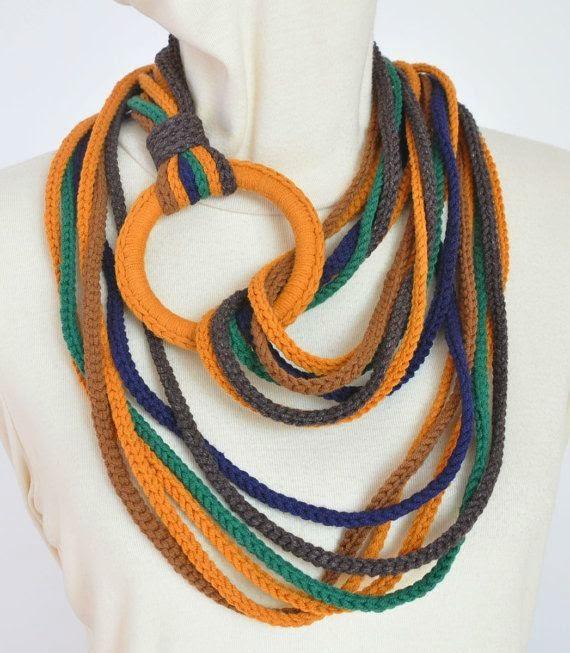 collar de colores de tricot
