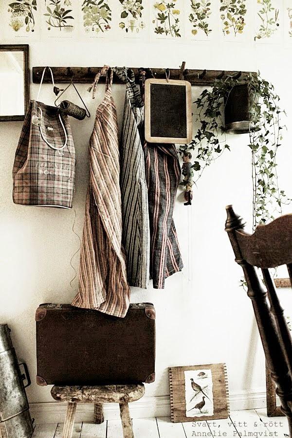 bilder från floraböcker, gamla saker, gård i sik, susan cedgård, gammal resväska, bilder, gård på landet, kommande butik i varberg, försäljning, gård med halmtak, träpall, second hand, tips i varberg, utflyktstips, halland,