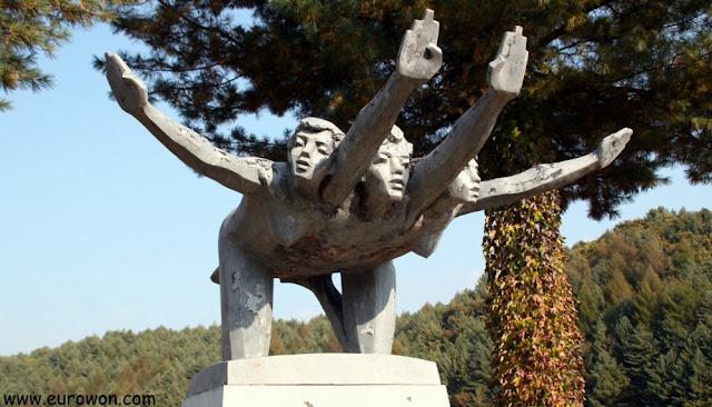 Escultura de tres mujeres con cuatro brazos en Mooee