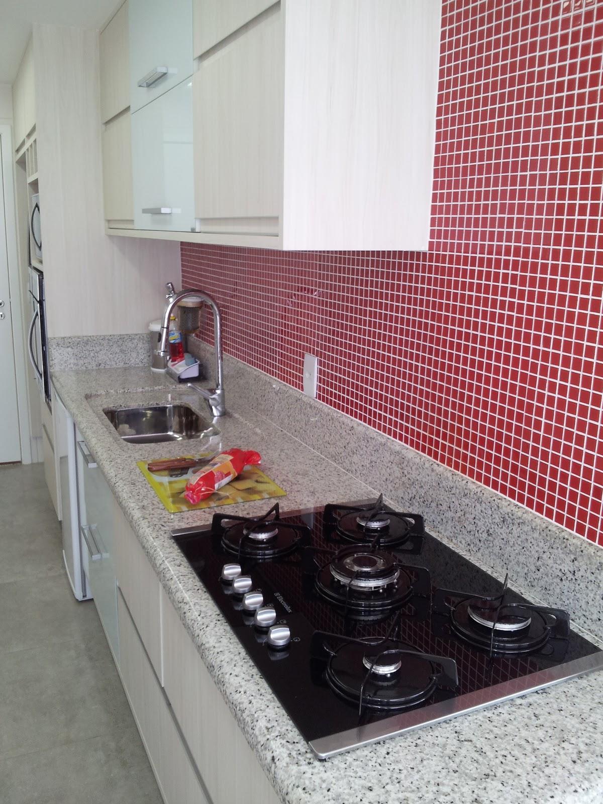 vermelha para a parede sobre toda a bancada. O uso do cooktop ajuda a #90373D 1200x1600 Bancada Banheiro Vermelha
