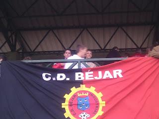 bandera del BI en el palco del campo
