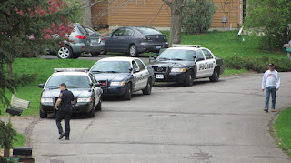 Police Cars standing in line in front of a house to ctach thieves- Joke, Collection of stories, collection of jokes.
