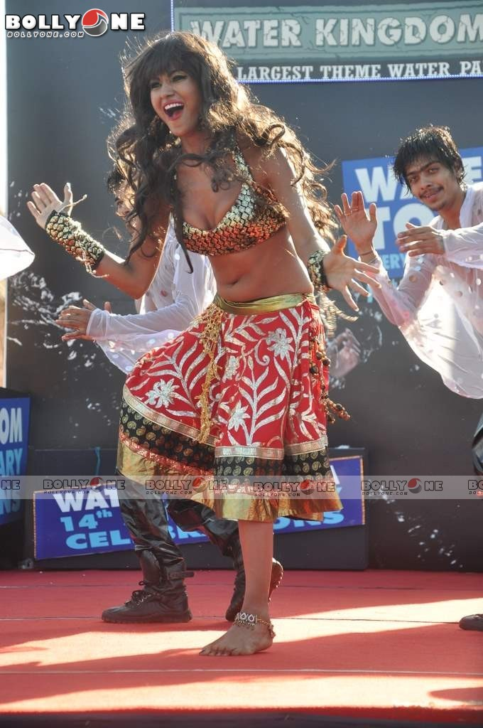 Veena Mallik Water Kingdom 2 - (2) -  Veena Malik Hot Dance Pics at Water Kingdom