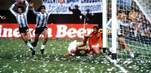 Mario Kempes comerando 2° gol final da copa de 1978