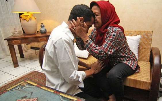 Gambar Pak Jokowi-sungkem sama ibundanya