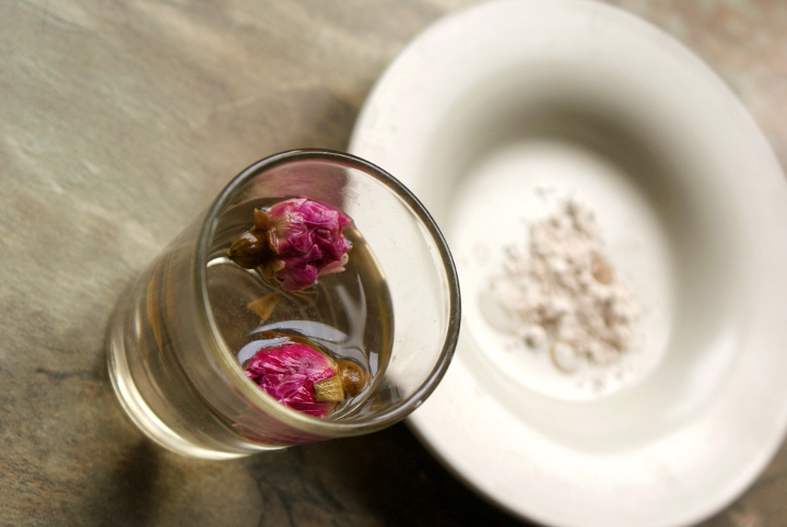 Jak zrobić maseczkę z glinki z naparem z róży