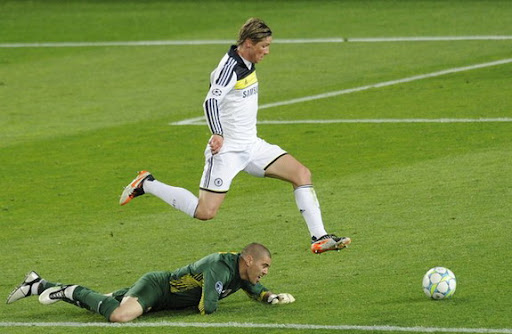 Chelsea forward Fernando Torres jumps over Barcelona goalkeeper Víctor Valdés before scoring