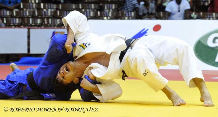 R. Hernández  (kimono azul), de Cuba,  se enfrenta L. Cunha, de Brasil, en los 73 kilogramos, del Grand Prix de Judo de La Habana, con sede en el Coliseo de la Ciudad Deportiva, el 7 de junio de 2014.
