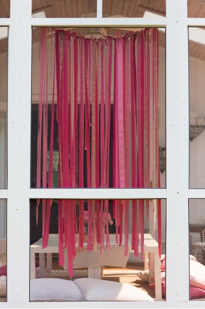 Una mesa en tonos rosas for Bases para colgar cortinas