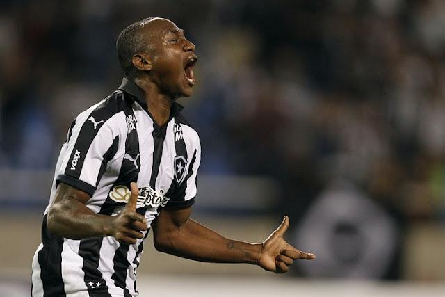 Sassá comemora gol sobre o Paraná Clube: mais uma vez, atacante deixou o banco para dar vitória ao Botafogo (Foto: Vitor Silva/ SSPress)