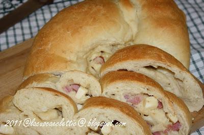 Treccia di pane farcita con pecorino, provolone e pancetta
