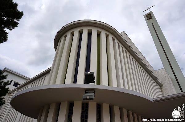 Lège-Cap-Ferret - Eglise Notre-Dame-des-Flots  Architecte: Raymond Morin  Sculpteur: Hugues Maurin  Construction: 1956 - 1966