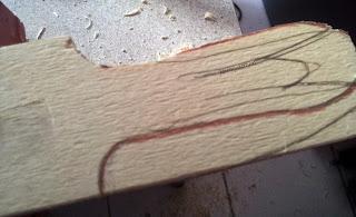Début de découpe du manche de la spatule de cuisine