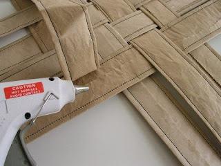 Fazer cesta de papel reciclado: Trançando as tiras e colando