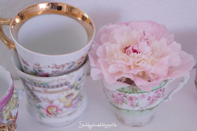 Shabby chic Dekoration mit Tasse und Blume