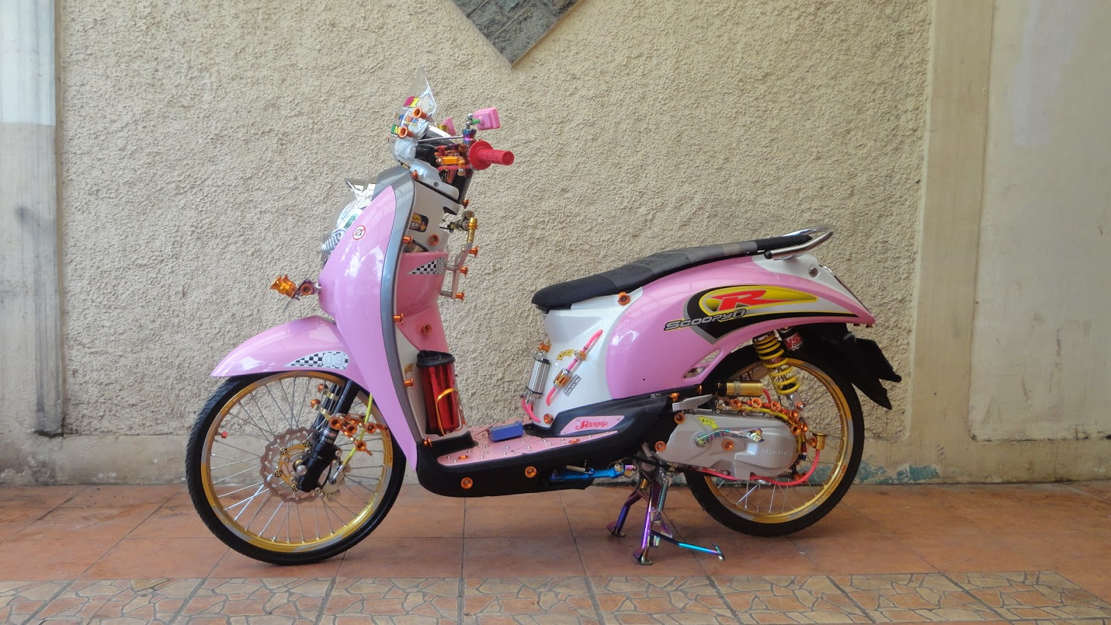Modifikasi Motor Matic Honda Scoopy Pink Retro