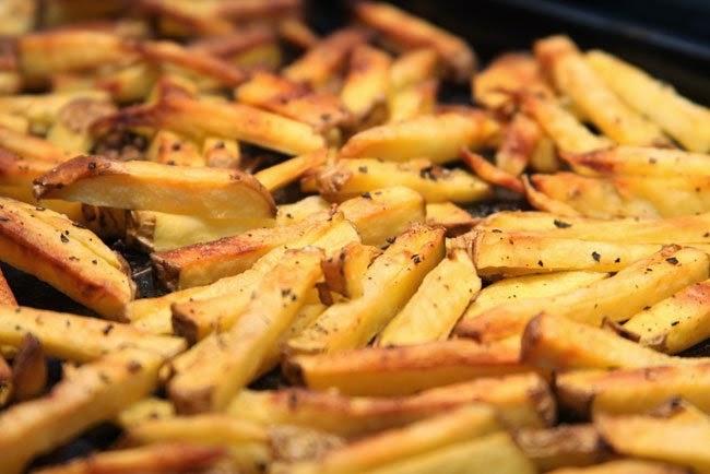 Patatas fritas a las finas hierbas, hechas al horno