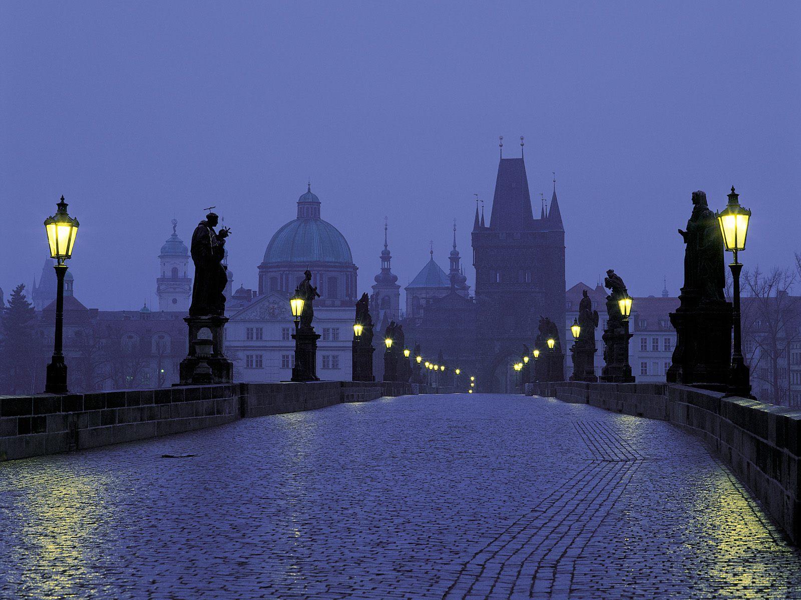 De beroemde Karelsbrug in Praag, vroeg in de morgen met de lichten nog ...