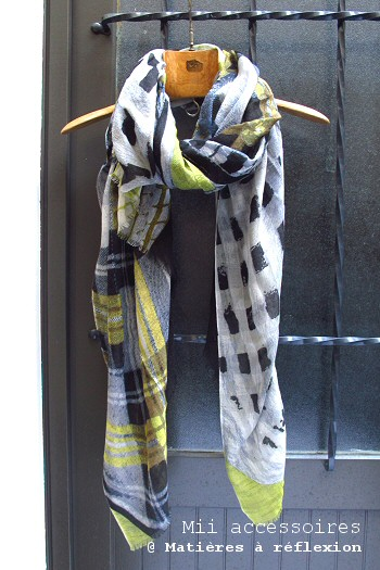 Foulard graphique jaune et noir Embrassade
