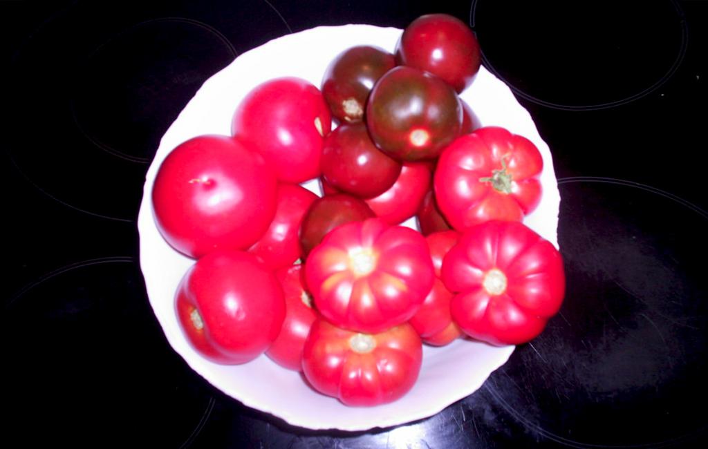 los 3 tipos de tomates en una fuente