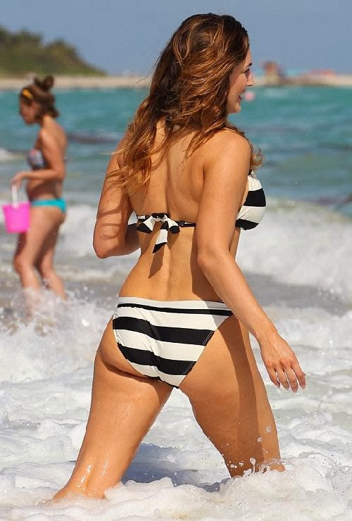 English:Kelly Brook Bikini Miami February‭ 3, 2014