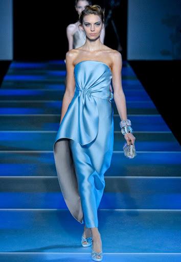 Лъскава светлосиня рокля с драперии на Giorgio Armani