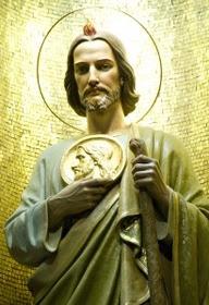 Imagen de San Judas Tadeo con la llama sobre la cabeza, el medallon y el garrote.